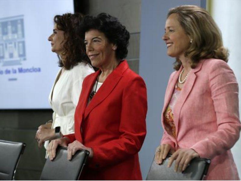 Maria Isabel Celaá, de pie, ministra de Hacienda, María Jesús Montero, ministra , Economía , Empresa, Nadia Calviño, consejo ministros, programapublicidad