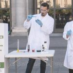 Investigadores estatua apoyan la investigación del cáncer, con Contrapunto BBDO, para AECC