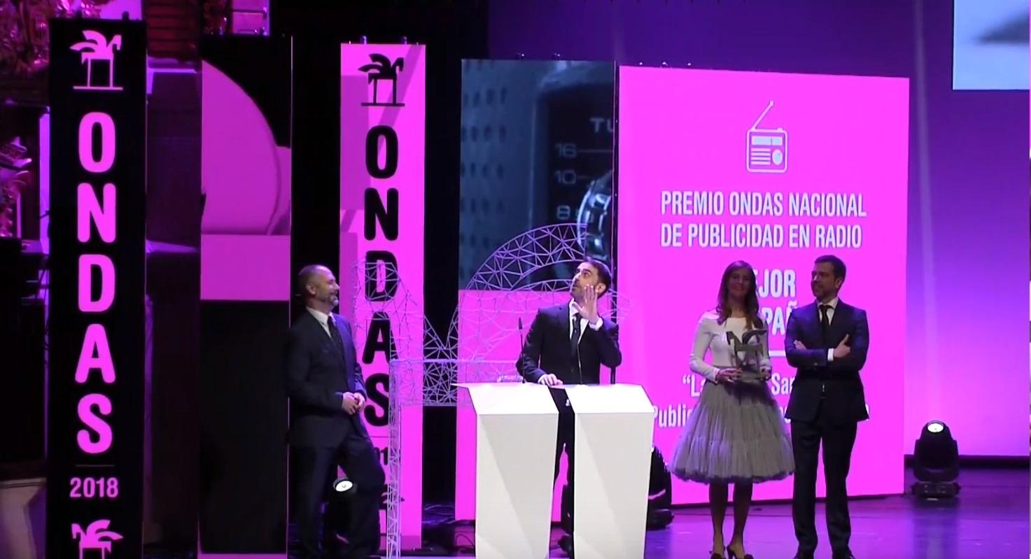 https://www.programapublicidad.com/wp-content/uploads/2018/11/alfonso-fernandez-agradece-premio-ondas-publicis-lavadoras-programapublicidad-muy-grande-4.jpg