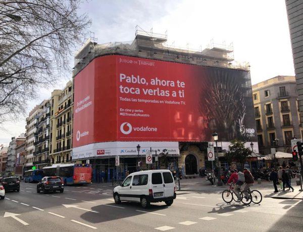 """campaña exterior #eltronoesnuestro de Vodafone con Wavemaker. La última campaña de exterior para Vodafone, llamada de wavemaker """"Juego de Tronos última temporada"""" anuncia que del 1 de marzo al 1 de abril de 2019 estará disponible la serie en los paquetes Vodafone con una Lona en un edificio del Paseo del Prado."""