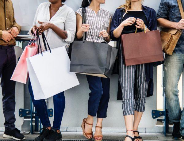 mujeres y hombres, comprando, bolsas, programapublicidad, muy grande