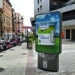 Los yogures de Central Lechera Asturiana, en relieve en JCDecaux de Oviedo y Gijón