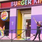 Burger King, España transforma un restaurante en apoyo al Orgullo LGBTQI.