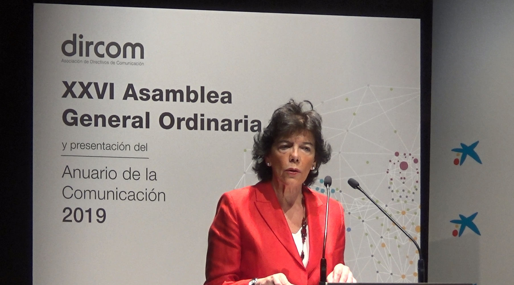 https://www.programapublicidad.com/wp-content/uploads/2019/07/ministra-educación-celaa-isabel-dircom-asamblea-programapublicidad-muy-grande.jpg