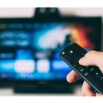 Las mujeres prefieren ver series de televisión repetidas y los hombres películas,en confinamiento